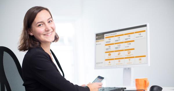 Frau vor dem Computer mit der Dashboardansicht von eplas