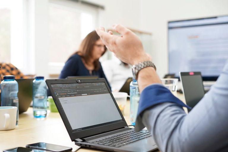Laptop mit Dashboardansicht von eplas, Hand im Vordergrund